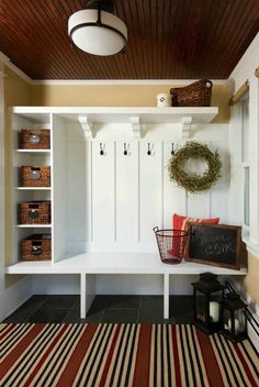 Absolutely fabulous mudroom entry design ideas This for the utility room bench area. Electrical sockets in couple of the shelves for charging station.This for the utility room bench area. Electrical sockets in couple of the shelves for charging station. Country Entryway, Country Living, Mudroom Laundry Room, Mudroom Cubbies, Mudroom Benches, Entry Bench, Flur Design, Home Remodeling, House Design