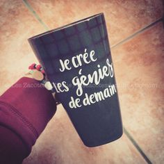 """Decal """"Je crée les génies de demain"""" to stick on coffee mug, mason jar, thermos Daycare Teacher Gifts, Teacher Appreciation Gifts, Pot Mason, Mason Jars, Teacher In French, Xmas Gifts, Diy Gifts, Staff Gifts, Decal"""