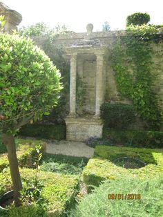 Château de Brécy (14) Jardins 1° niveau: puits XVI°s. Jardin d'herbes: Jardin d'herbes Ormes nains Jacqueline Hillier. Rose des peintres, R. Mme Alfred Carrière