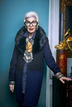 Tomorrow is the opening night of LE BON MARCHE's exhibition on the timeless Iris Apfel! 50 Y Fabuloso, Mode Alternative, Advanced Style, Love Her Style, Aging Gracefully, Fashion Over, Old Women, Amazing Women, Style Icons