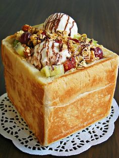 """Korean Honey Bread (toasted bread drizzled with honey, topped with fruit, ice cream, and toppings served in a bread """"box""""). (for the breadlovers! but it isn't filled or hollowed out! They just dump things on it and give it like this! Korean Sweets, Korean Dessert, Korean Food, Sweet Recipes, Cake Recipes, Dessert Recipes, Honey Bread, Honey Toast, Gastronomia"""