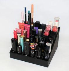 Idée de rangement maquillage - A moins de vivre dans un palace, difficile pour nous - commun des mortels - d'avoir une pièce dans son appart' dédiée au rangement du maquillage. Heureusement, Cosmo est là pour vous donner des astuces pour ranger votre make-up. Le secret ? Miser sur l'organisation. Voici donc nos meilleures idées de rangements maquillage. A shopper chez Uniq Organizer à partir de 19,90€.