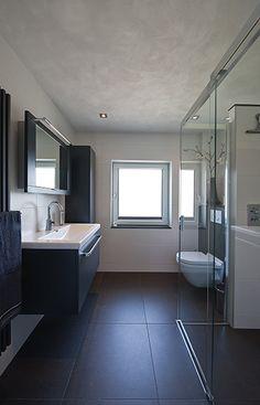 Sealskin badkamer, met Sealskin duka 4200 2-delige schuifdeur met vaste wand. Helder glas.  (foto: Aqualux Den Helder)