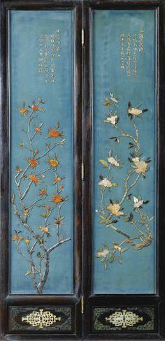 Rare paire de paravents en zitan sculpté et panneaux en laque incrustés Dynastie Qing, XVIIIE/XIXE siècle. Sothebys.