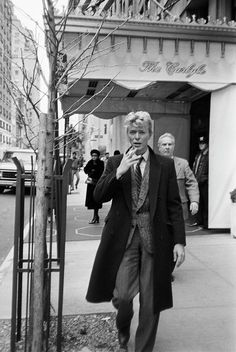 English singer-songwriter David Bowie - on Madison Avenue, New York, January He is at the Carlyle Hotel for a press conference. (Photo by Art Zelin/Getty Images)Image provided by Getty Images. Ziggy Stardust, Freddie Mercury, David Bowie Outside, The Thin White Duke, Black And White, Rolling Stones, Michel Delpech, David Bowie Art, David Bowie Smoking
