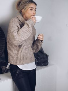 Winter trends | Neutral knitted sweater over white shirt and black leather pants
