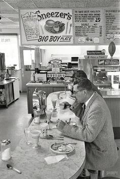 Vince Lombardi having lunch 1960.