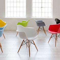 #NoLoTomesAMalPero... Estas sillas quedarían mejor en tu depa  #SillaEamesDAW #CharlesEames #NativaInteriorismo #CDMX #MueblesDeDiseño