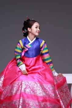 Song So Hee has some of the prettiest hanboks I have ever seen