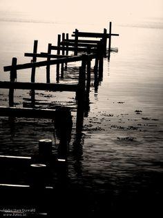 Steg Wasser Sonnenuntergang Meer Schwarz weiss Boot Schiff