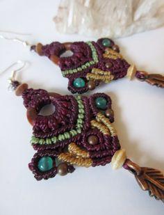 Boucles d'oreille en macramé violet prune beige et vert olive avec détails perles en cuivre, bois et pierre : Boucles d'oreille par papachocreations