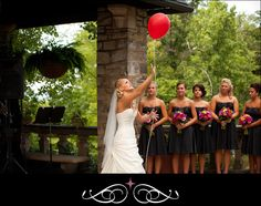 bride writing a message to her Dad and releasing a balloon into the sky for him... is that not the most beautiful idea??