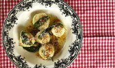 Letní sezóna přímo vybízí k odlehčení jídelníčku. Vyměňte proto klasické těstoviny za lehčí variantu nadýchaných ricottových knedlíčků gnudi, které chutnají naprosto neodolatelně posypané slaninovou strouhankou. Lahodný italský pokrm zvládnete levou zadní podle video návodu od Koko. #recept #testoviny #gnudi #ricotta #syr #slanina #strouhanka #slaninovastrouhanka #italskakuchyne #recipe #pasta #cheese #bacon Ravioli, Gnocchi, Feta, Zucchini, Vegetables, Vegetable Recipes, Veggies