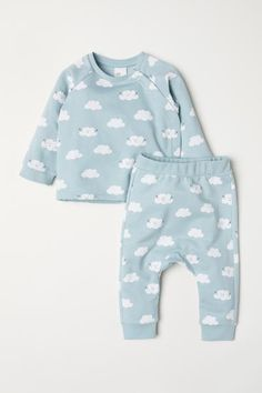 Set with a long-sleeved top and trousers in soft sweatshirt fabric made from patterned organic cotton. Top with raglan sleeves, concealed press-studs in the Baby Outfits, Newborn Outfits, Toddler Outfits, Kids Outfits, Baby Girl Fashion, Fashion Kids, Fashion Clothes, Pantalon Turquoise, Pregnancy Fashion Winter
