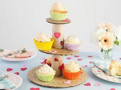 DIY moederdag cadeau. Een etagere met lekkere cupcakes! Mini Cupcakes, Desserts, Food, Diy Wall Shelves, Tailgate Desserts, Deserts, Essen, Postres, Meals