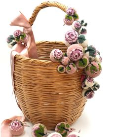 with everlasting blossoms out of Pompons you get a extraordinary decoration Pom Pom Crafts, Yarn Crafts, Projects To Try, Yarn Projects, Tassel Garland, Flower Basket, Soft Sculpture, Diy Clothing, Wood Blocks