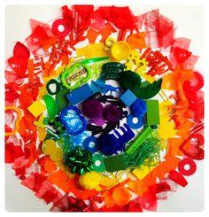 Eerst een regenboog-schattenjacht doen (mag ook binnen) en daarna een 3d-regenboog-mandala maken. Zo, daar word je wel vrolijk van!  #ekkomi #kindercoach http://www.pinterest.com/ekkomikndrcch/