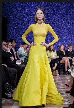 Ese vestido amarillo... Genial... Estaría perfecto para mi próxima fiesta...