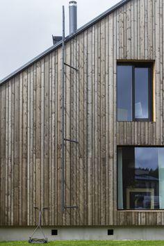 Haus Savukvartsi von Honkarakenne in Vantaa, Finnland Wood Cladding, Exterior Cladding, Cladding Ideas, Timber Architecture, Architecture Details, Studio Shed, Cedar Siding, Duplex House, Tiny House Cabin