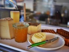 """""""Wo es einen Freund gibt, da gibt es Käse."""" 🙈 ... und natürlich auch bei uns ! täglich frisch auf unserem Frühstückstisch 😋  mehrere lecker Sorten für Euch zur Auswahl 👌 Grüße aus dem Z Café Offenburg 💜"""