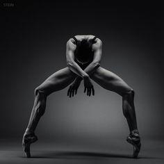 Vadim Stein photo, ballerina, en pointe, muscular, dramatic lighting