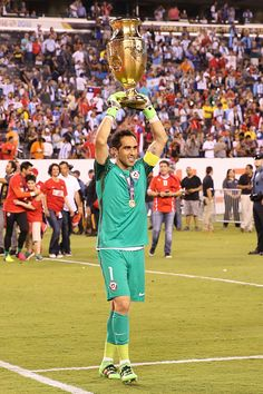 Claudio Bravo of Chile celebrates with the trophy after winning the championship match between Argentina and Chile at MetLife Stadium as part of Copa. World Football, Soccer World, Football Players, Claudio Bravo, Copa America Centenario, Metlife Stadium, The Championship, Goalkeeper, Lionel Messi