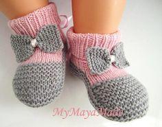 Chaussons de bébé noeud rose et gris chaussettes par MyMayaMade