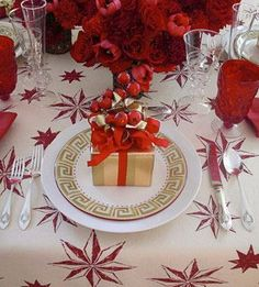 Christmas Decoration Ideas: An Edgy Look for Golden Celebrations Dining Room, Dining Table, Interior Decorating, Interior Design, Christmas Decorations, Table Decorations, Edgy Look, Luxury Decor, Christmas Design