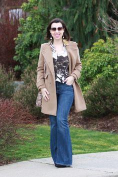 A calça flare valoriza todos os biotipos femininos! Vale a pena investir! Para um resultado elegante, combine com camisa de tecidos molinhos