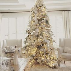 Sharing my tree for #CoastToCoastDecor #easyholidayhome. Adding ribbon to your Christmas tree is like adding the cake topper on a cake, it just finishes it off. Have you shared your tree yet @lindsay_hill_interiors @thecottoncandychandelier @juliesheartandhome? #randigarrettdesignchristmas