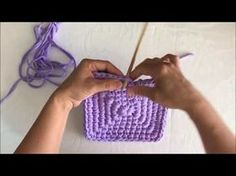 Crochet videos tutorials and tips Granny Square Häkelanleitung, Granny Square Crochet Pattern, Crochet Granny, Crochet Motif, Crochet Stitches, Knit Crochet, Diy Crochet Basket, Crochet Bowl, Knitting Patterns