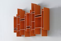 Discover Randomito hanging bookcase. You'll be able to develop eye-catching configurations thanks to its unique and reversible module.