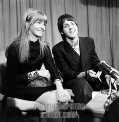 Paul McCartney and Jane Asher at Heathrow . 26 March 1968 stock photo