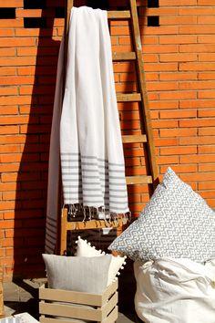 foulard de algodn blanco con rayas grises terminado en flecos escalera con foulard cojines