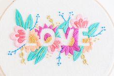 ⤜ de amor ~ diseño Floral ~ arte de aro de bordado hecho a mano ⇻  ¡Amor se viene en todas formas y tamaños! Este diseño floral es uno de mis diseños favoritos hasta la fecha. Es un trabajo de amor, tantas puntadas pequeñas, llenas de detalle y color! Espero que guste tanto como yo!  Este diseño es mano bordada y se encuentra bellamente enmarcado en un 6 pulgadas madera aro. Este aro está cosida en una tela de calicó Cream con hermoso hilo de algodón DMC.  ** Este artículo es hecho a pedido…
