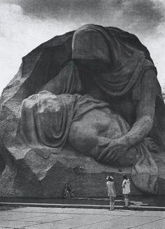 Волгоград.Мамаев курган.Монумент Скорбящей матери о своем сыне, погибшем на войне, отдавшим свою жизнь за свободу своей Родины и всего мира от нацизма.  Искусственно созданное озеро олицетворяет материнские слезы.