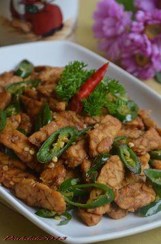Orek Tempe Cabai Hijau - tempe with green chillies Vegetarian Recipes, Cooking Recipes, Healthy Recipes, Vegan Meals, Drink Recipes, Indonesian Cuisine, Indonesian Recipes, Diah Didi Kitchen, Singapore Food