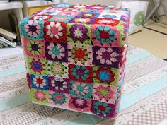 puff revestido de croche by craftolandia1, via Flickr