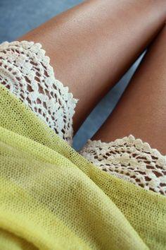 Pantalón corto de ganchillo o crochet y jersey de manga corta de punto