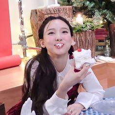 Blackpink Twice, Kpop Profiles, Love Is Everything, Image Model, Nayeon Twice, Im Nayeon, Blackpink Jennie, Bts Pictures, Mamamoo