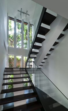 Kuala Lumpur-based studio Twenty-Nine Design has completed the Hijauan House project. This two story contemporary home is located in Kuala Lumpur, Malaysia. Interior Stair Railing, Stair Railing Design, Staircase Railings, Oak Handrail, Open Staircase, Staircase Ideas, Stairways, Glass Stairs, Floating Stairs