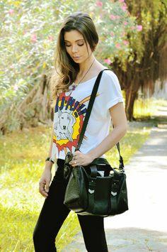Larissa Barbosa, street style em Recife. Look simples e estiloso com camiseta e calça.