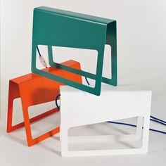 La lampada da tavolo PIEGA è personalizzabile in 15 colori per la struttura in metallo, 6 colori per il filo in tessuto e 2 tipologie di spina diverse.