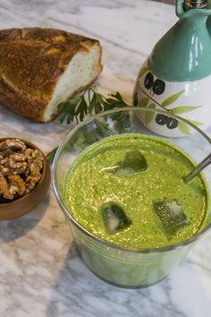 <b>Zuppa fredda di frutta piccante</b>. Ingredienti (per 4   p.): 2 pomodori maturi, 2 pesche, 20 fragole, 2 spicchi d'aglio, 1  cucchiaino di zenzero tritato, tabasco, pepe rosa, sale, olio  extravergine di oliva, menta fresca.<br/>Frullare i pomodori sbucciati e  senza semi, le pesche sbucciate, le fragole pulite e l'aglio. Aggiungere  acqua fredda per raggiungere la giusta consistenza. Terminare  aggiungendo lo zenzero. Condire con sale, pepe, tabasco a ...