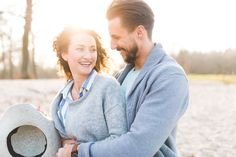 Couple shooting during sundown. Couple is dressed casual chic. It was a lovely shooting with details, beach and wonderful weather.  Photo: Daniel Koehler Fotografie