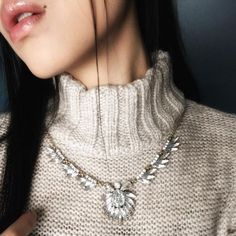 Aujourd'hui notre coup de coeur #lookdujour vient de @anhungp avec sa p'tite laine et son collier parfaits!  Tu veux toi aussi te retrouver en vedette sur l'accueil du site? Utilise le tag @lookdujour_ca avec le #lookdujour   #lookdujour #ldj #layers #comfy #auchaud #winter #knits #knitwear #necklace #ootd #cute #modemtl #style #pretty #outfitideas #cestbeau #inspiration #onaime #regram  @anhungp