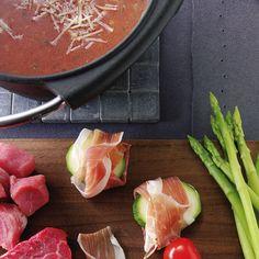 Ist mal was ganz anderes: Tomatenbrühe als Tauchbad für edle Fleischstücke und Zucchinischeiben von einem Parmaschinken umhüllt.