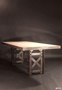 Table à manger rectangulaire, piètement 1900, poutrelle rivetée Eiffel, plateau en chêne brut serti d'acier. Modèle réalisable sur mesure.