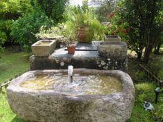 Fuente de piedra en amplio patio