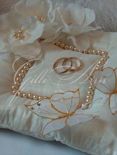 Wedding Ring Cushion, Wedding Pillows, Ring Bearer Pillows, Ring Pillows, Housewarming Decorations, Diy Wedding Decorations, Ring Holder Wedding, Wedding Rings, Wedding Lanterns